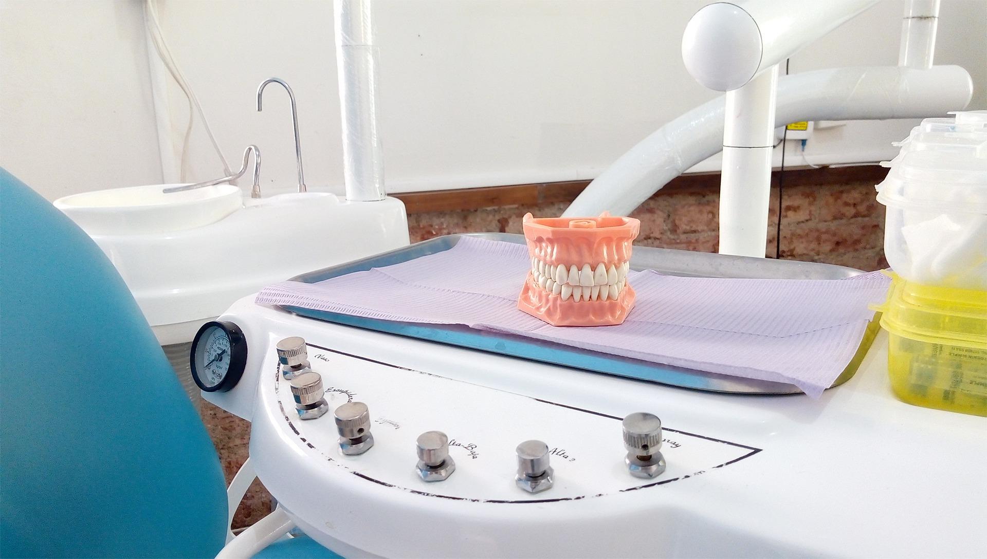 Implanty zębowe, najlepsza alternatywa dla osób mających problem z uzębieniem