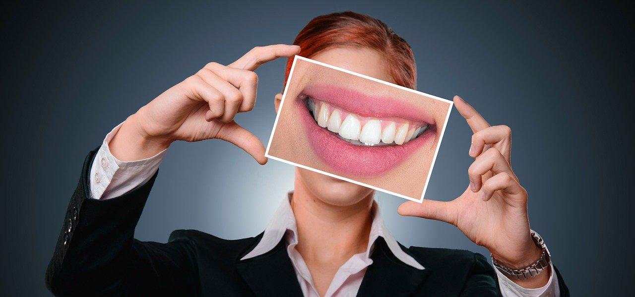 Czy węgiel aktywny wybiela zęby?
